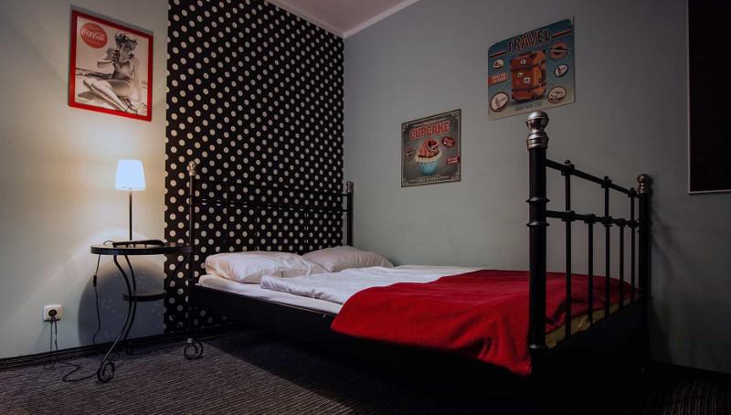 pokój w tanim hostelu we Wrocławiu